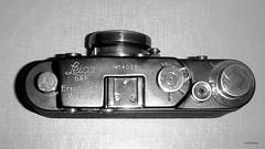 Leica_schwarz-gold_2_bw_tx_P1160687 (said.bustany) Tags: leica zorki kopie fälschung schwarz gold kamera camera kleinbild