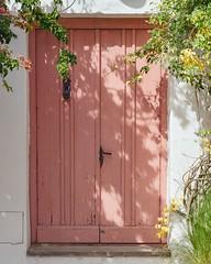 La puerta, la luz y la sombra... (Irene Carbonell) Tags: puertas coloniadelsacramento uruguay uruguaynatural nikon 50mm