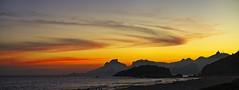 Montanhas do Rio no por do Sol (mcvmjr1971) Tags: red sunset por do sol mmoraes nikon d800e lens sigma 100300 f4 ex praia de piratininga céu vermelho sky clouds nuvens litoral seaside 2019