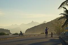Diego curtindo a bike com a mãe (mcvmjr1971) Tags: yellow sunset por do sol mmoraes nikon d800e lens sigma 100300 f4 ex praia de piratininga céu vermelho red sky clouds nuvens litoral seaside 2019