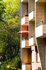 20190418-027 (sulamith.sallmann) Tags: architektur balkon bauwerk berlin brunnenviertel deutschland europa gebäude haus mitte platte plattenbau schirm sonnenschirm wedding wilhelmzerminweg wohnen wohnhaus sulamithsallmann