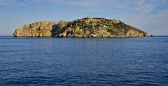 La Meda i el seu far / Meda island and it's lighthouse (SBA73) Tags: catalunya catalonia catalogne catalogna katalonien cataluña каталония 加泰罗尼亚 カタルーニャ州 empordà baixempordà medes illesmedes costa coast costabrava mediterrani mar mer sea mediterranean medagran illa isla island far faro lighthouse