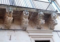 Lecce (Apulia-Italia). Vía Vittorio Emanuele II. Ménsulas de balcón de una casa (santi abella) Tags: lecce apulia puglia italia