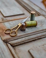 Dicen que no hay que dar puntada sin hilo... (Irene Carbonell) Tags: hilos tijeras dedales vintagelove 50mm nikon verdes