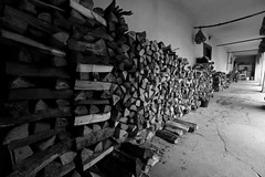 "Gomirje HR - ""Riscaldamento Naturale""  Croatian Experience 16 (Fabrizio Lucchese 1') Tags: croazia kroatien croatia hrvatska canon760d fabriziolucchese gomirje bw blackandwithe blackwhite blancoynegro blackwite blackwithe monochrome monocromo legno holz wood"