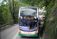 Brave New World - a tight squeeze. (Longreach - Jonathan McDonnell) Tags: dsc0127 hongkong hongkongisland nwfb newworldfirstbus adl alexanderdennis mmc enviro400 adlenviro400 15 15b victoriapeak