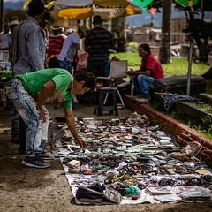Trueque (Fran Orozco Fotografía) Tags: photo photos photography photographs foto fotos fotografía fotografías fotógrafo nikon dslr colombia 50mm ilovephotography streetphotography street