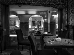 Desayuno en Venecia. (Breakfast in Venice) (Capuchinox) Tags: venecia venice italia italy bw blancoynegro nik desayuno breakfast ventana window huawei