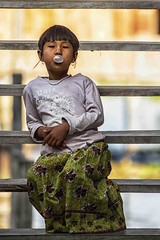 masticando chewing gum (mat56.) Tags: ritratto ritratti portrait portraits people persone bambina bimba child chewinggum lago lake inle birmania burma scale stair scala asia antonio romei mat56