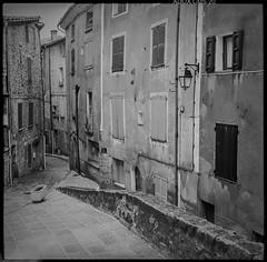 vintage I (*altglas*) Tags: mittelformat mediumformat 6x6 analog film superikonta zeiss adoccms20 vintage village medieval old bw monochrome annot france provence