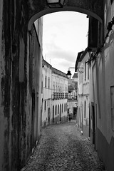 CALLE EN EVORA (Pepe Rodríguez Cádiz) Tags: farola calle blancoynegro blackandwhite pueblo street portugal piedra gente arc stone arquitectura road puerta door monochome monocromo bw blackandwite