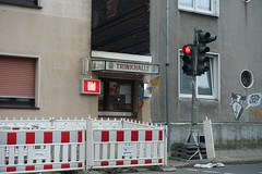 Red city (frankdorgathen) Tags: kiosk bude trafficlight ampel gebäude building sonyrx100m3 sonyrx100iii banal mundane city urban ruhrpott ruhrgebiet bochum