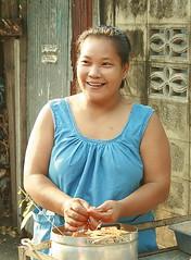 pretty food vendor (the foreign photographer - ฝรั่งถ่) Tags: pretty lady food vendor khlong thanon portraits bangkhen bangkok thailand canon