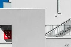 Binic_0519-1-2 (Mich.Ka) Tags: binic côtedepenthièvre côtesdarmor architecture boiteàlettre côtedegoelo escalier façade graphic graphique immeuble ligne line mur red rouge stairs urbain urban wall
