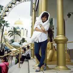 Louise in an Arabian amusement park (Petit Ming) Tags: film rolleiflex zeiss 28gx fujifilm rdp3 epson gtx900 v700 taiwan hsinchu 六福村