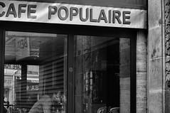 Kiss (Franck gallery) Tags: blackwhite noirblanc streetphoto streetsofparis paris romantic romantique couple amoureux kiss baiser café stolenmoment instantvolé d90