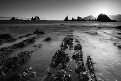 Si tú me dices ven, lo dejo todo. (pepe.anacadabra) Tags: asturias costa gueirua juanriera olympus amanecer beach em1markii leefilters mayo playa sunrise blancoynegro blackandwhite rocas stones