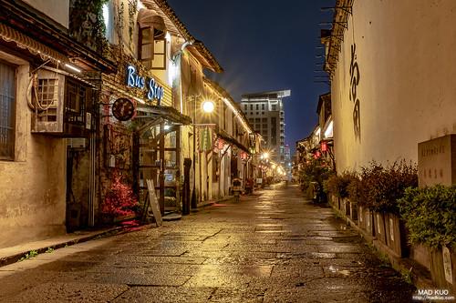 走過四座城市,與台灣生活型態大不同,街上店家大多早早就收攤了,此時也不過八點多。