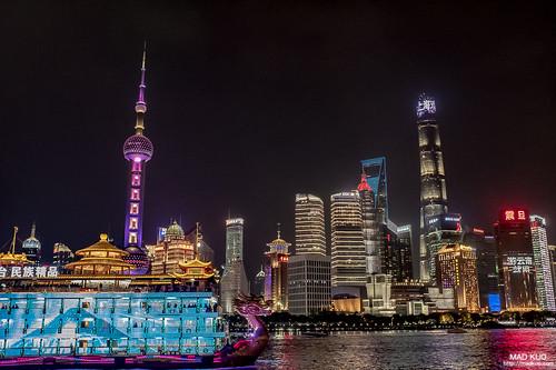 上海著名景點外灘,這裡是個很芭樂的拍照點,順其自然也芭樂一下,有趣的是他們的船真的很浮誇。