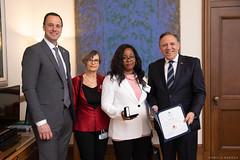 QUÉBEC : Award recipient/lauréate Édith Loualou with/avec Premier/premier ministre François Legault,  the Honourable/l'honorable Jean-François Roberge, ministre de l'Éducation and/et Mme Darquise Bergevin, enseignante/teacher