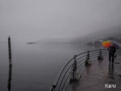 Feriolo - Arcobaleno autunnale (iw2ijz) Tags: people person persone ombrello arcobaleno passeggiata landscape 12mm olympus gx8 lumix panasonic lago lake piemonte verbanocusioossola lagomaggiore baveno feriolo