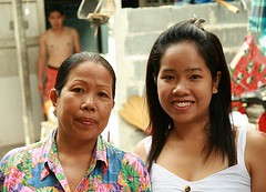 mother and daughter (the foreign photographer - ฝรั่งถ่) Tags: mother daughter khlong thanon portraits bangkhen bangkok thailand canon