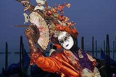 QUINTESSENZA VENEZIANA 2019 701 (aittouarsalain) Tags: venise venezia carnevale carnaval costume masque chapeau éventail portrait regard gondole gondola