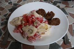 Tortellini-Salat und Frikadellen (multipel_bleiben) Tags: essen zugastbeifreunden nudeln salat frikadellen