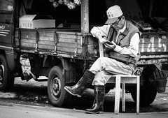 DSC_3646 (靴子) Tags: 黑白 單色 街頭 街拍 人 閱讀 bw bnw street streetphoto d850 nikon nikkor