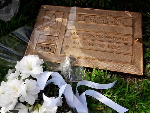 25mm wit lint met zilver glimmend bedrukt in Memoria Ayrton Senna de Silva 21-03-1960 - 01-05-1994