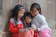 _J5K9643.0611.Dế Xu Phình.Mù Cang Chải.Yên Bái (hoanglongphoto) Tags: asia asian vietnam northvietnam northwestvietnam northernvietnam people life dailylife portrait children girl portraitofgirls portraitofchildren sister threesister study childrenstudy readingbooks canon canoneos1dsmarkiii canonef70200mmf28lisiiusm tâybắc yênbái mùcangchải dếsuphình peoples người cuộcsống đờithường trẻem trẻemgái chândung chândungtrẻem chândungtrẻemgái chịemgái bachịemgái 3 cute đángyên đọcsách họcbài gettyimage