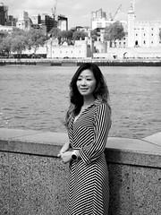 Posing for a street portrait n. 3 (Franco & Lia) Tags: london londra cityhall england inghilterra greatbritain granbretagna street fotografiadistrada photographiederue strasenfotografie biancoenero blackwhite noiretblanc schwarzundweiss streetportrait