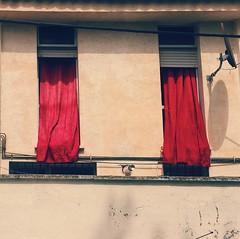 Damas de rojo (Nebelang) Tags: vscocam vsco instagramapp instagram symmetry simetria curtains drape cortinas windows ventanas red ladies rojo damas ladiesinred damasderojo
