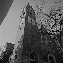 Kirche Berlin Neukölln Kranoldstraße 21.4.2019 (rieblinga) Tags: berlin neukölln kranoldstrase kirche turm 2142019 analog rollei 6008 ilford fp4 sw adox rodinal 150