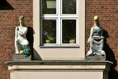 Das Märchen-Portal (gelbhaarduisburg) Tags: eingang fassade kunst ruhrpott niederrhein märchen