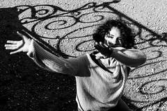 Obscure clarté. (LACPIXEL) Tags: obscure clarté oxymore oscura claridad luz brightness lightness dark gloomy murky naticapdevila nati dancer danseuse bailarina artiste artist artista main hand mano noiretblanc blancoynegro blackandwhite flickr lacpixel