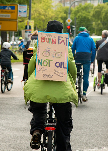 Burn fat - not oil auf der #MehrPlatzFürsRad-Demo in Dresden