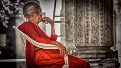 Older Woman @ Ranakpur Jain temple - India (André Schönherr) Tags: 50d visionhunter temple tempel indien india ranakpur stone marvel marmor frau woman rot rajasthan hindu theindiatree people menschen