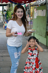 mother and daughter (the foreign photographer - ฝรั่งถ่) Tags: mother daughter street khlong lard phrao portraits bangkhen bangkok thailand nikon d3200