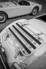 en passant par Linas-Montlhery (Jack_from_Paris) Tags: l3008484bw leica m type m10p 20021 leicaelmaritm28mmf28asph 11606 dng mode lightroom capture nx2 rangefinder télémétrique bw noiretblanc monochrom blackandwhite monochrome wide angle street montlhery autodrome de linasmontlhéry course race voiture car coffre mg