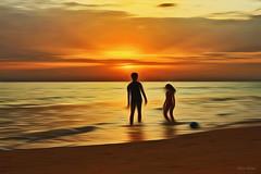 Sunset on the beach (Zéza Lemos) Tags: portugal praia pordesol puestadelsol algarve água water oceano ondas natureza natur nuvens núvens mar sunset sol faro vilamoura verão pessoas pesca pescadores