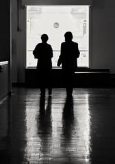 Backlight (carlos_ar2000) Tags: contraluz backlight couple pareja paseo walk galeria gallery gente people reflejo reflected reflection ventana window parquerodo montevideo uruguay