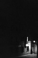 Campiello del Remer - B&W 2 (Max Sat) Tags: analog bw blackandwhite campiellodelremer f14 film ilford ilfordhp5 leica leicar5 leitz maxsat maxwellsaturnin nb r r5 summilux summiluxr5014 venezia venice venise