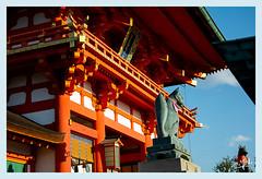2ème jour / 2nd day - Les renards veillent / The foxes are watching -Sanctuaire de Fushimi-Inari / Fushimi-Inari shrine - Kyoto (christian_lemale) Tags: fushimiinari inari shinto temple sanctuaire shrine kyoto japon japan 伏見稲荷 京都 日本