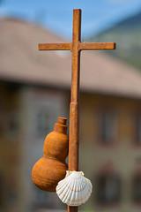 Symbole der Pilger (Ernst_P.) Tags: aut dorfbild inzing jakobsmuschel jakobsweg kirchgasse kreuz kunstwerk muschel österreich pilger statue tirol samyang walimex 135mm f20
