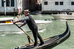 Gondolero (Perurena) Tags: gondolero góndola brco barquito canal agua water venecia veneto italia