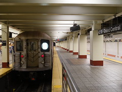 201905109 New York City subway station 'Grand Central–42nd Street' (taigatrommelchen) Tags: 20190520 usa ny newyork newyorkcity nyc manhattan midtown central perspective icon urban railway railroad mass transit subway station tunnel train mta r62a