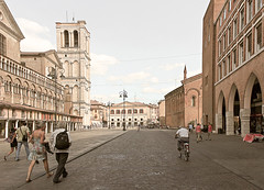 Ferrara-11 (e.berti93) Tags: ferrara architecture architettura art italy brick urban antico monumento castello estense piazza città bike
