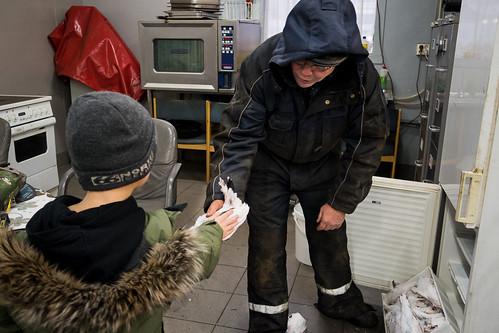 """Gunnar Júlíusson og Björn Helgi skoða jólarjúpuna • <a style=""""font-size:0.8em;"""" href=""""http://www.flickr.com/photos/22350928@N02/38068168456/"""" target=""""_blank"""">View on Flickr</a>"""