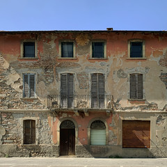 (Paolo Cozzarizza) Tags: italia lombardia bergamo bonatesotto scorcio muro strada